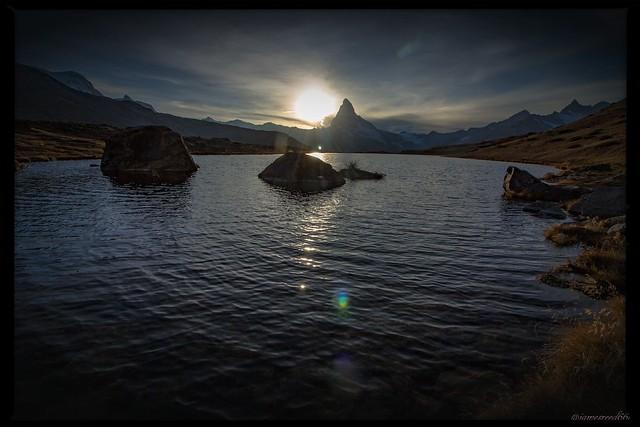 Le Soleil se couche sur le Cervin et le lac Stelisee