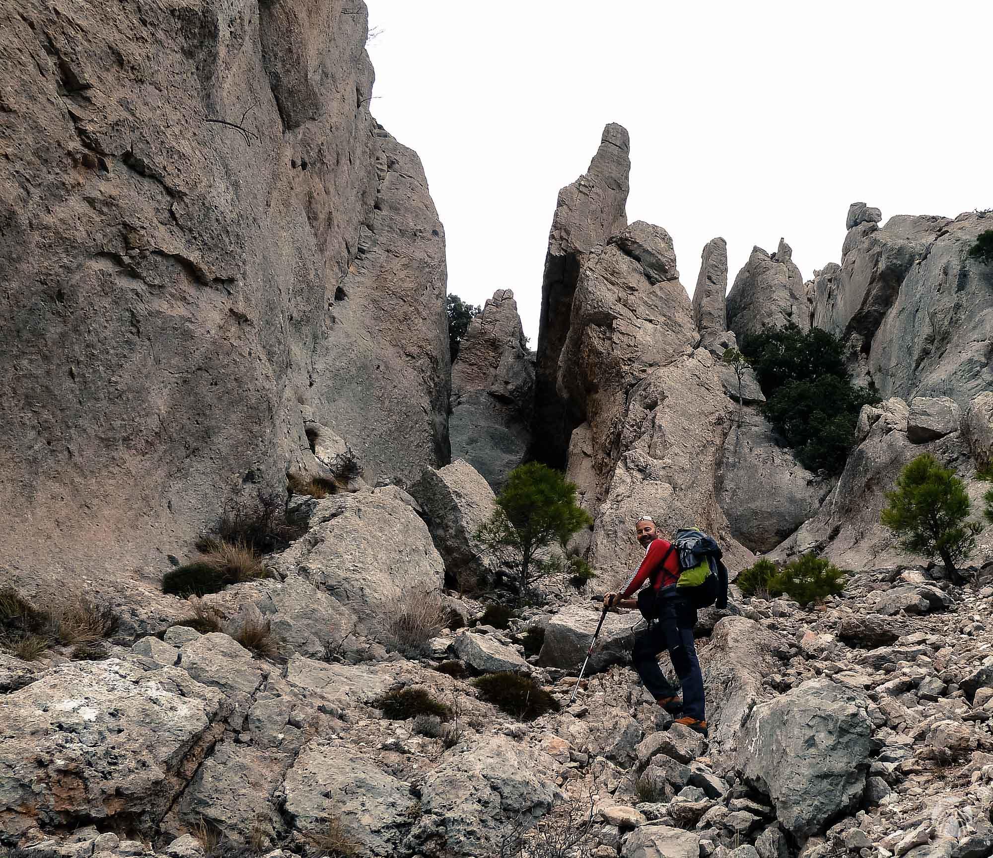 Mundo de roca en los comienzos de la vía