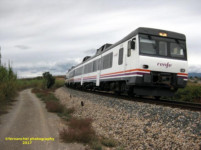Tren de media distancia de Renfe (Regional Madrid-Valencia) a su paso por CHESTE (Valencia)
