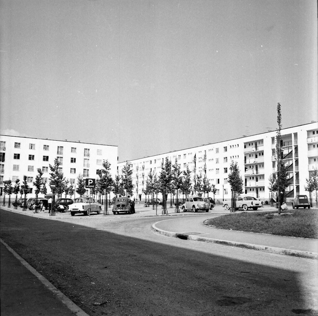 POISSY-c-1955-Autos-Stationnement-Cité-HLM-Yvelines
