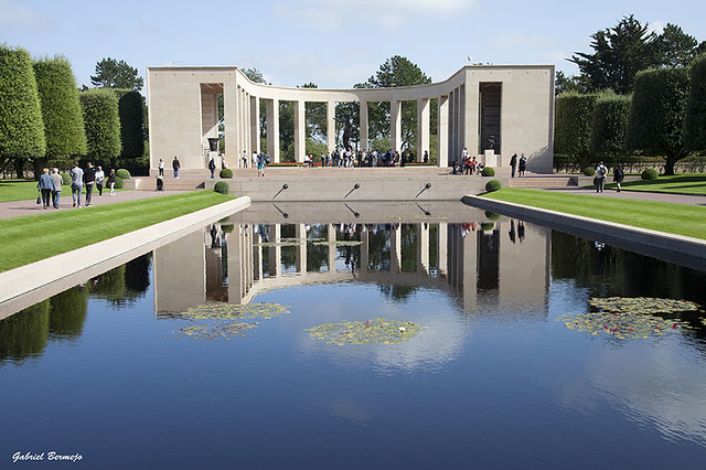 Memorial y estanque - Normandia