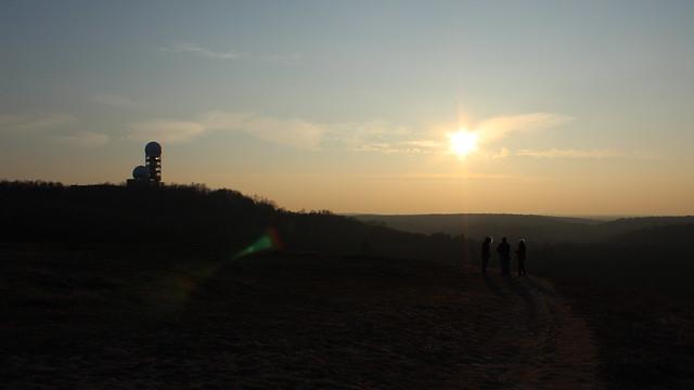 Abendsonne am Drachenberg, im Hintergrund die Kuppeln auf dem Teufelsberg
