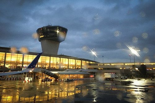 2018 ewr newark airport controltower iphone5se night plane tower rain flying airplane terminal apron