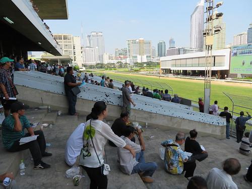 ロイヤルバンコクスポーツクラブ競馬場のスタンドの下段前方