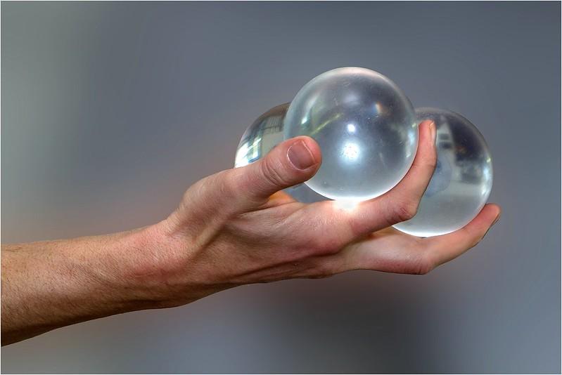 Hand mit Glaskugeln