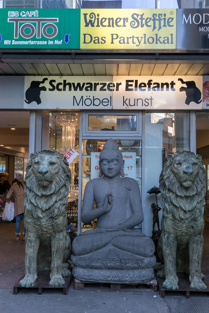 Schwarzer Elefant Möbelgeschäft Mit Statuen Davor Flickr