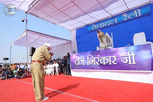 JS Khurana seeking blessing on behalf of Sewadal