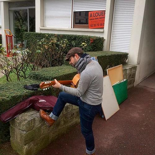 En attendant le nouvel album, le petit moment #kingbiscuit du déménagement dans sa partie #Rouen> #Meudon ! Merci @vincil7 et @mosieurj pour nous avoir aidé à porter les pièces du #tetris géant jusqu'à la dernière seconde ! ;-) (et merci @helene_du_mazaub