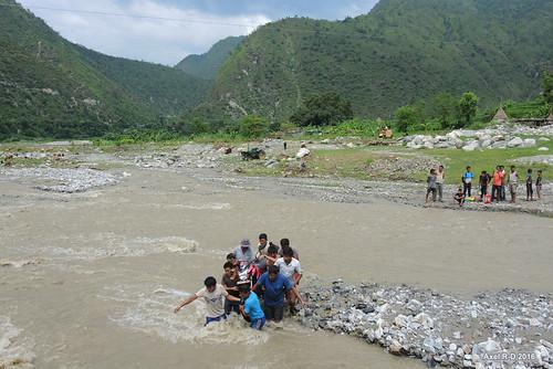 inondation montagnes nepal préci personnes rivière