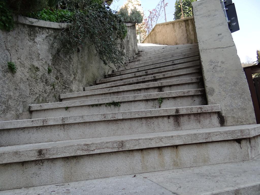 Treppe zum sonneschmachtenden Hof in Asolo, die Einsamkeit bot ihren Gruß heute mir im Lärm der Gassen, wie verzaubert hielt mein Fuß, Mensch und Tier vorbei zu lassen 02065