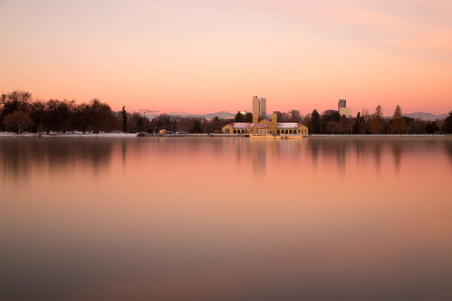 denver colorado citypark landscape lake longexposure le skyline city boathouse mountains sunrise dawn glow reflection