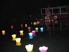 Miles de velas de colores iluminan el rio