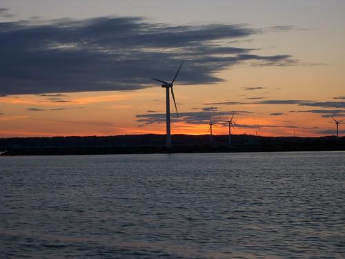 なかなか沈みそうで沈まないイエテボリの太陽と風車 photo by OptioS