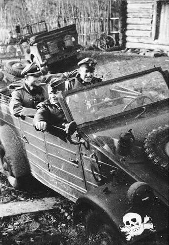 Kübelwagen besetzt mit Soldaten der Waffen-SS-Division