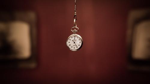 Reloj de bolsillo suspendido en el vacio como icono de una proyección de futuro.