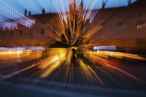 """canon movimento luci piazza festa abete epifania sera raggi presepe befana zooming vigevano alberodinatale lomellina mosso esplosione raggidiluce canon400d """"flickraward"""" claudio61"""