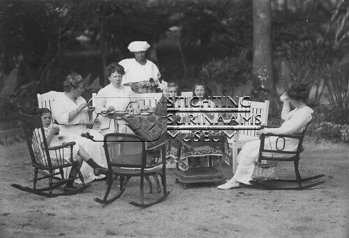 Groepsfoto in tuin | by Stichting Surinaams Museum