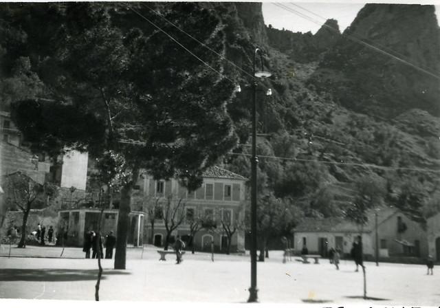 La piazza con il pino e il mercato a Pazzano (Anni 60)