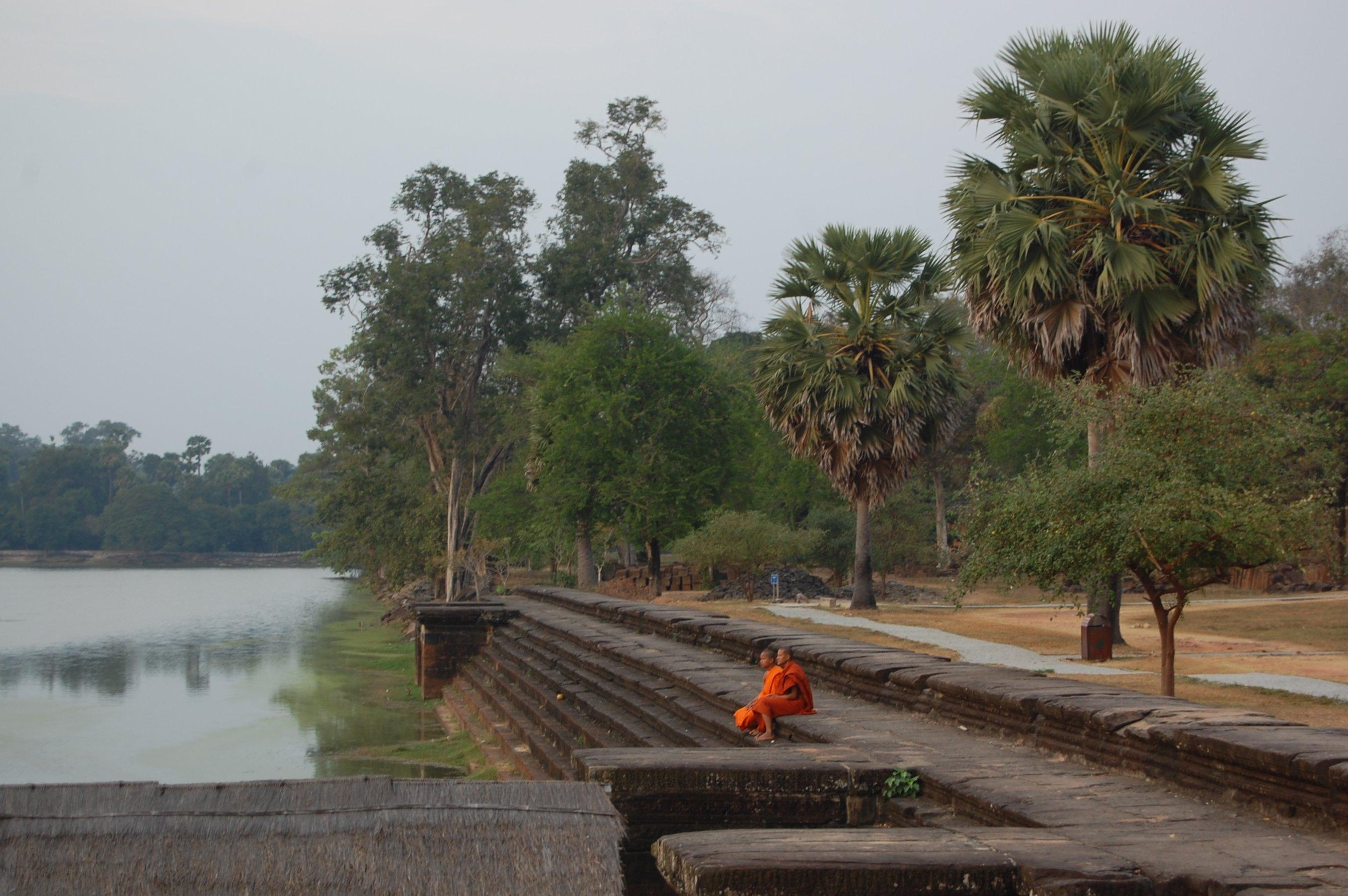 Mniši u vodního příkopu