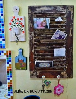 Transformando uma veneziana de demolição em porta-cartas, porta recados e porta chaves | by ALÉM DA RUA ATELIER/Veronica Kraemer