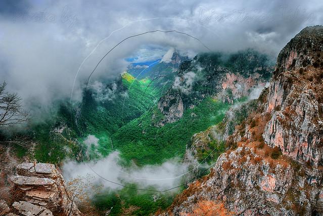 Η χαράδρα του Βίκου εν μέσω νεφών  The Vikos Gorge amid clouds panorama