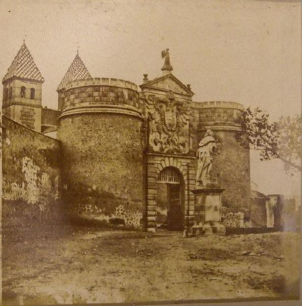 Puerta de Bisagra en 1857. Fotografía de Eugène Sevaistre