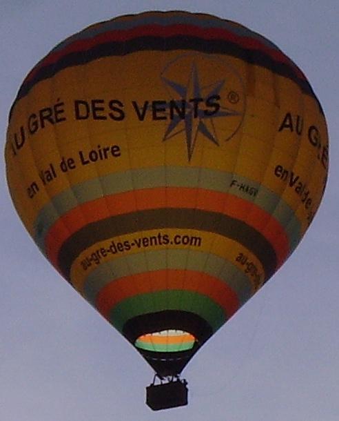 Montgolfière dans les airs, au-dessus de Chambord