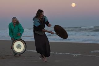 Gongs playing by the rhythm of the supermoon | 110319-2129-jikatu | by jikatu
