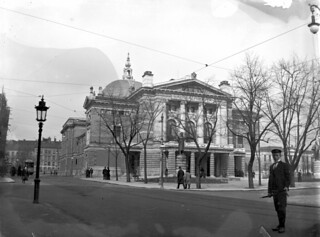 Andreas Moe ved Nationaltheatret i Christiania (ca. 1900) | by Trondheim byarkiv