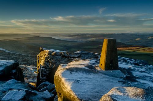 trigpoint stanageedge derbyshire peakdistrict darkpeak derbyshireedges snow winter cold sunrise overowlertor riverderwent derwentvalley