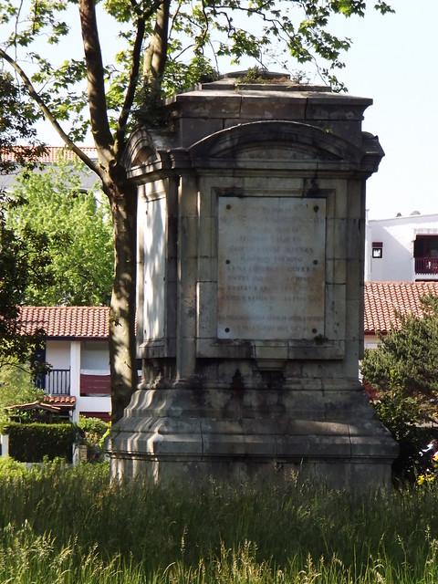 Le monument commémoratif du traité des Pyrénées sur l'île des Faisans (vu d'Espagne)