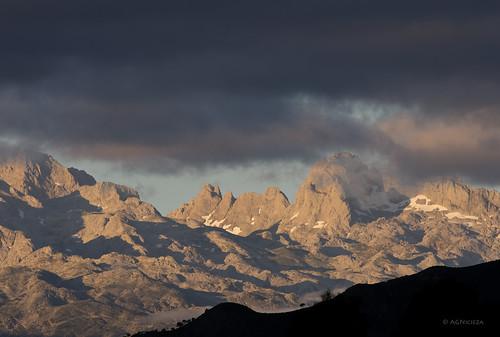 mountains clouds sunrise landscape silhouettes limestone karst nationalgeographic picosdeeuropa picosdeeuropanationalpark smcpentaxda300mmf40edifsdm parquenacionaldepicosdeeuropa pentaxk5