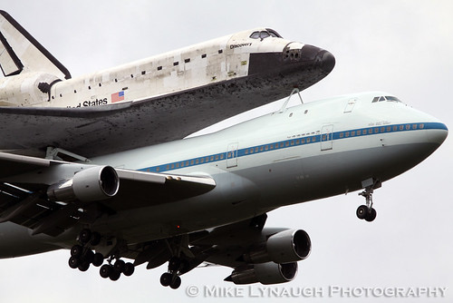 space shuttle discovery at dulles airport - photo #35
