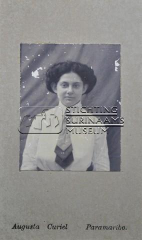 Portret van een vrouw | by Stichting Surinaams Museum