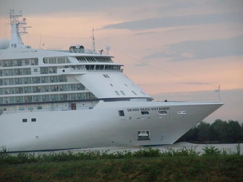 Seven Seas Voyager leaving Bordeaux at Saint-Louis-de-Montferrand (2) - Bordeaux - P6040158