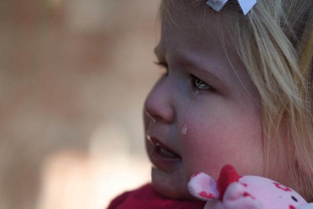 gros plan sur le visage d'une fillette qui pleure