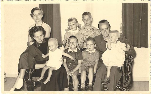 pa en ma met hun kroost mei 1956
