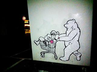 Bär und Er und Einkaufswagen