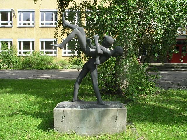 1965 Berlin-O. Turnende Knaben von Gerhard Rommel Bronze Grüne Trift 169 in 12557 Wendenschloß