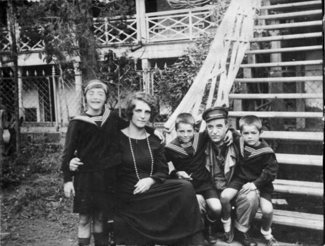 31.Семейный портрет на лестнице