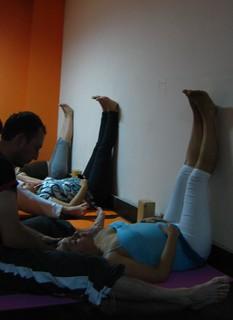 supta dandasana con masaje  postura del baston hyoguis