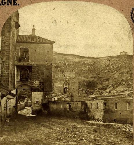 Puente de San Martín hacia 1858 con los restos en pie de la fortificación creada en la Segunda Guerra Carlista. Fotografía estereoscópica de Eugene Sevaistre y Alexis Gaudin (detalle). Colección Luis Alba, Ayuntamiento de Toledo