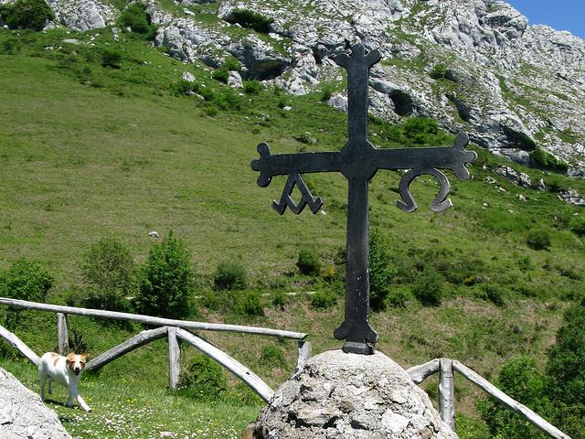 Una cruz del  altar en el campo * Ermita de Santa Ana ( Asturias )