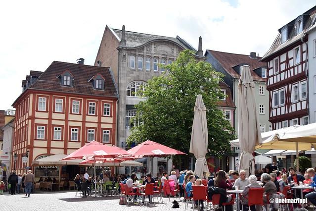 Ihmisiä terassilla Fuldan keskustassa