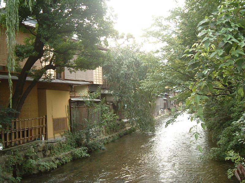 El riachuelo Shirakawa, en pleno hanamachi de Gion, Kioto