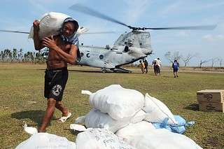 Philippine citizens, volunteers and armed forces members unload supplies. | by Official U.S. Navy Imagery