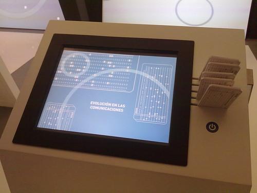 Centro de Exposiciones del Centro de Conocimiento sobre servicios públicos electrónicos. Pantalla simulación perforadora de fichas.