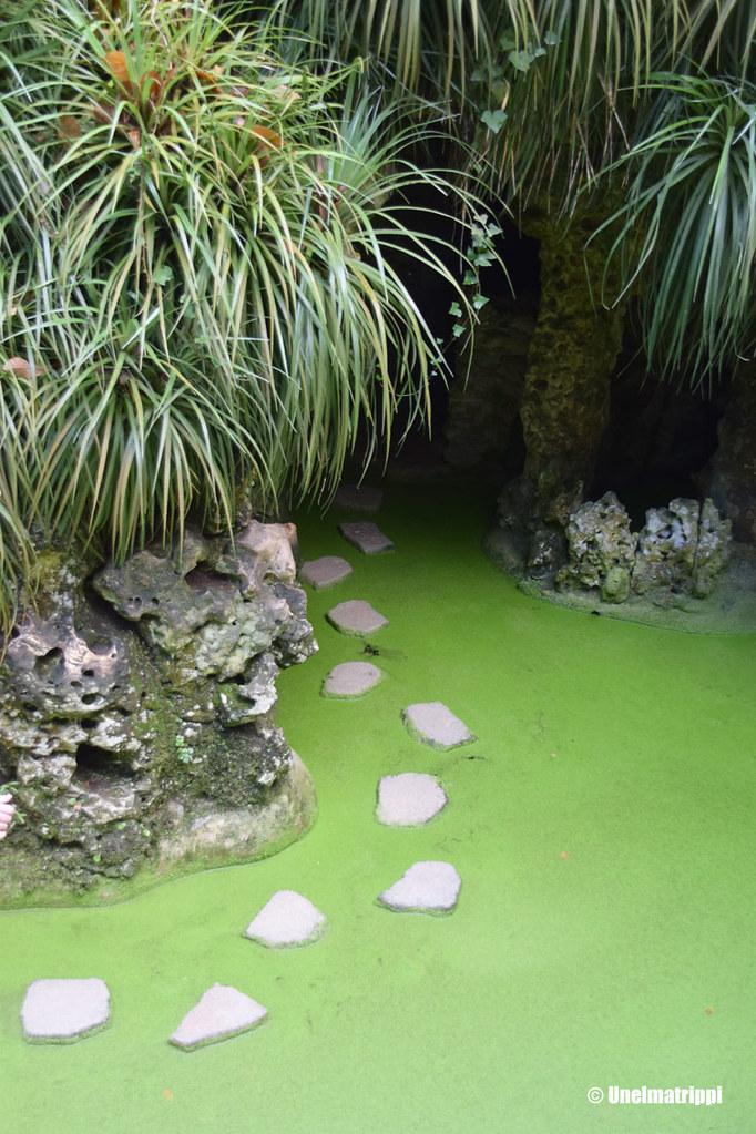 Kivistä tehty kävelypolku vihreän veden päällä Sintrassa Quinta da Regaleirassa