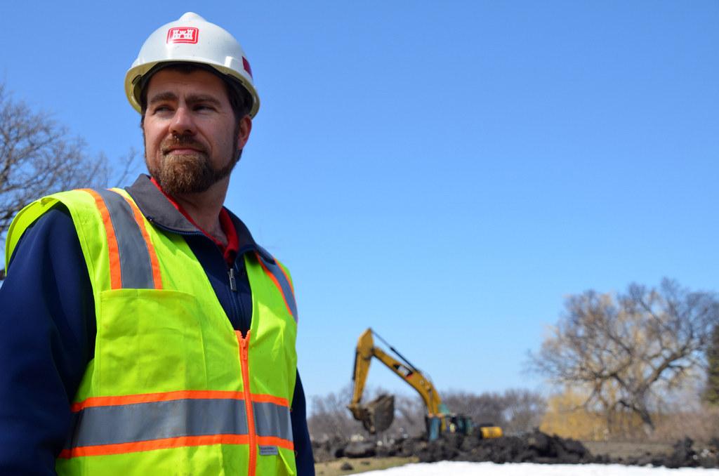 USACE Civil Engineer monitors emergency levee construction in Fargo, N.D.