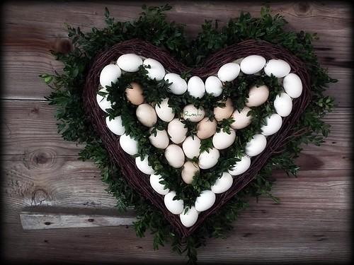 chicken schweiz switzerland heart wreath eggs herz hühner eier brestenegg ruschie eierkranz
